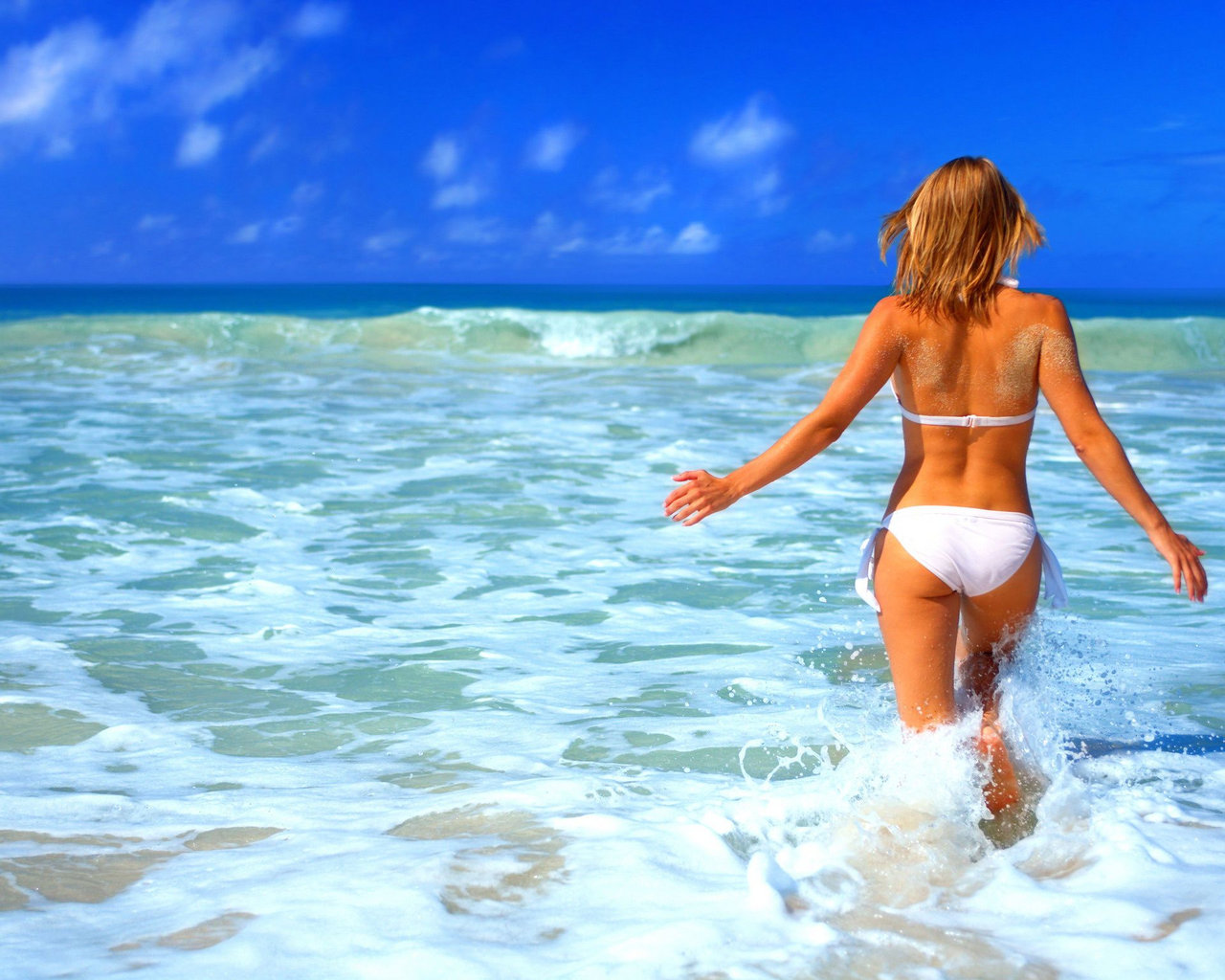 krasivie-devushki-v-bikini-kachestvennie-fotooboi-foto-golih-na-ribalke