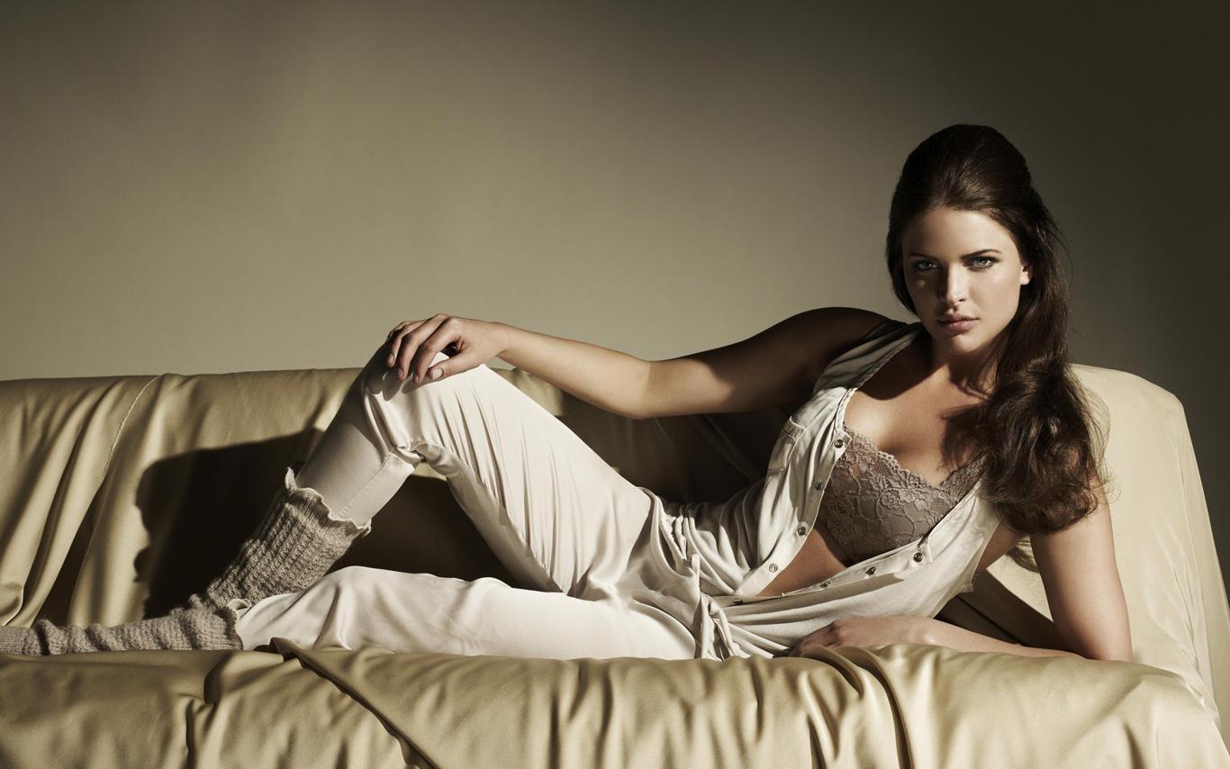 Любовь сексуальных девушек на диване
