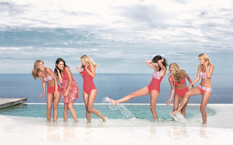 Девчонки резвятся в бассейне фото 48-182
