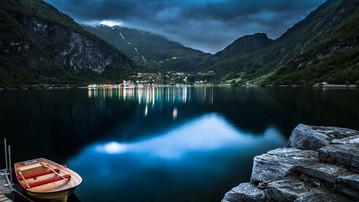Обои город озеро в горах
